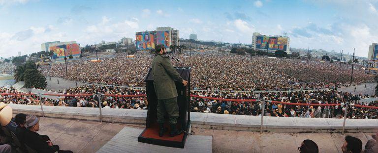 """Fidel hablando en la Plaza de la Revolución en el acto por el 9no Aniversario del Triunfo de la Revolución, 1ro de enero de 1968 """"Año del Guerrillero Heroico"""". Foto: Lee Lockwood"""