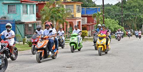 Integrantes del joven Club de Motos Eléctricas de Cuba (MEC)