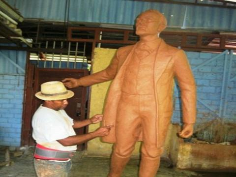 Va a ser una escultura de dos metros en bronce, junto al nicho del héroe y una tarja, la bandera cubana, el asta, cadenas, las letras del himno nacional y otros textos, las palmas y una plazoleta con bancos. Foto del autor