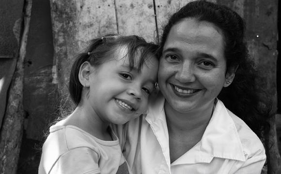 Doctora cubana con niña venezolana operada en Cuba en 2005. Foto Roberto Chile.