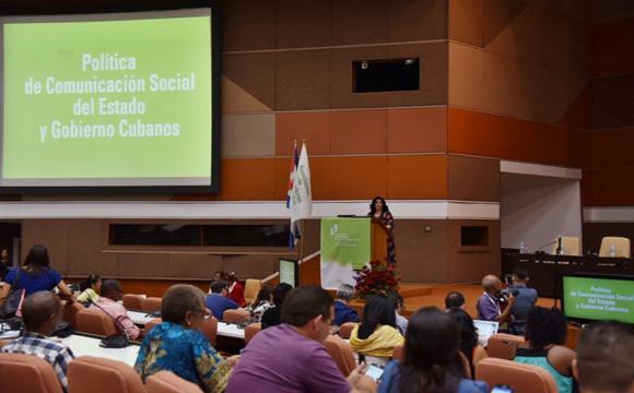 La MsC Rosa María Pérez, presidenta Nacional de la Asociación Cubana de Comunicadores Sociales, imparte conferencia durante la inauguración del VI Festival Internacional de Comunicación Social, con sede en el Palacio de Convenciones. ACN FOTO/Omara GARCÍA