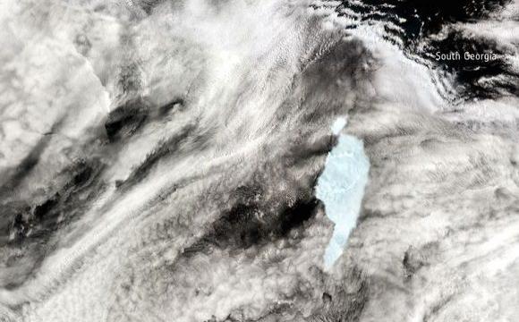 Un enorme iceberg continúa perdiendo masa mientras amenaza la isla Georgia del Sur