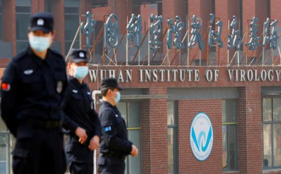 Personal de seguridad frente al Instituto de Virología de Wuhan, China, el 3 de febrero de 2021. Foto: Thomas Peter / Reuters